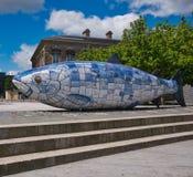 Κεραμικό γλυπτό στο Μπέλφαστ μπλε και άσπρος στοκ φωτογραφίες με δικαίωμα ελεύθερης χρήσης