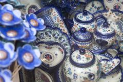 Κεραμικό επιτραπέζιο σκεύος με ένα παραδοσιακό πολωνικό σχέδιο σε ένα κατάστημα αναμνηστικών Στοκ Εικόνα