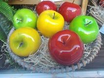Κεραμικό καλάθι των μήλων Στοκ φωτογραφία με δικαίωμα ελεύθερης χρήσης