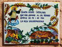 Κεραμικό κεραμίδι Αγίου Catherine Palma στον τοίχο σπιτιών Στοκ Εικόνες