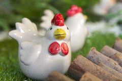 Κεραμικό κοτόπουλο και τεχνητό πράσινο χρώμα χλόης στοκ φωτογραφίες