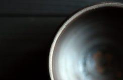 Κεραμικό κύπελλο στο ξύλινο υπόβαθρο Στοκ φωτογραφία με δικαίωμα ελεύθερης χρήσης