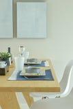 Κεραμικό να δειπνήσει εμπορευμάτων σύνολο στον ξύλινο να δειπνήσει πίνακα Στοκ Εικόνα