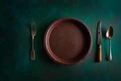 Κεραμικό πιάτο αγγειοπλαστικής επιτραπέζιου σκεύους σε βρώμικο στοκ εικόνα με δικαίωμα ελεύθερης χρήσης