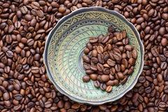 Κεραμικό πιάτο με τα φασόλια coffe στοκ φωτογραφίες με δικαίωμα ελεύθερης χρήσης