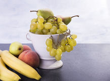Κεραμικό σύνολο δοχείων των φρούτων όπως τα ροδάκινα μπανανών αχλαδιών σταφυλιών Στοκ φωτογραφίες με δικαίωμα ελεύθερης χρήσης