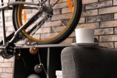Κεραμικό φλυτζάνι στην πολυθρόνα Στοκ φωτογραφία με δικαίωμα ελεύθερης χρήσης