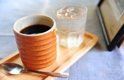 Κεραμικό φλιτζάνι του καφέ στον πίνακα στοκ εικόνες με δικαίωμα ελεύθερης χρήσης