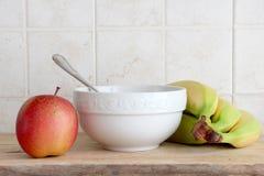 Κεραμικό φλυτζάνι και κάποια φρούτα Στοκ εικόνα με δικαίωμα ελεύθερης χρήσης