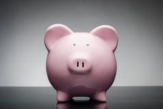 κεραμικό piggy ροζ τραπεζών Στοκ φωτογραφία με δικαίωμα ελεύθερης χρήσης