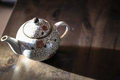 Κεραμικό teapot, κεραμικό φλυτζάνι στον ξύλινο πίνακα Στοκ Φωτογραφία
