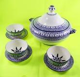 Κεραμικό teapot που απομονώνεται στο πράσινο υπόβαθρο Μαρόκο στοκ εικόνες