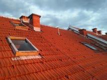 Κεραμωμένη στέγη με τα παράθυρα Στοκ εικόνες με δικαίωμα ελεύθερης χρήσης