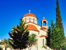 Κεραμωμένοι τερακότα θόλοι στην ελληνική Ορθόδοξη Εκκλησία, Αθήνα, Ελλάδα στοκ φωτογραφίες