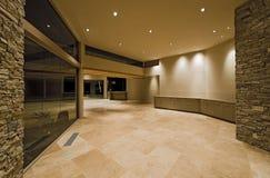 Κεραμωμένος διάδρομος στο σύγχρονο σπίτι στοκ εικόνα με δικαίωμα ελεύθερης χρήσης