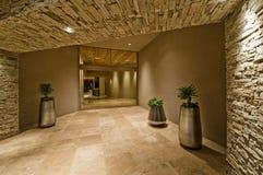 Κεραμωμένος διάδρομος στο σύγχρονο σπίτι στοκ εικόνες