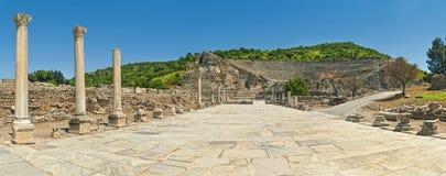 Κεραμωμένος δρόμος στο αρχαίο αμφιθέατρο με τις στήλες Στοκ Εικόνες