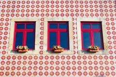 Κεραμωμένος τοίχος με τα παράθυρα δέντρων Στοκ Εικόνα