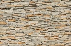 Κεραμωμένος τοίχος πετρών φιαγμένος από ορθογώνιους φραγμούς, ήλιος που λάμπουν από την κορυφή στοκ φωτογραφία