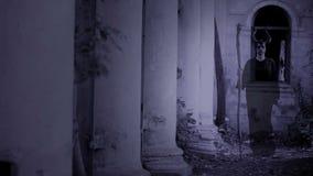 Κερασφόροι περίπατοι φαντασμάτων μαγισσών μέσω των καταστροφών του κάστρου Φρίκη αποκριών φιλμ μικρού μήκους