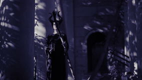 Κερασφόροι περίπατοι φαντασμάτων μαγισσών μέσω των καταστροφών του κάστρου Φρίκη αποκριών απόθεμα βίντεο