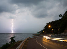 Κεραυνός αστραπής στη θάλασσα στο λυκόφως με το φωτισμό από τα αυτοκίνητα Στοκ φωτογραφία με δικαίωμα ελεύθερης χρήσης