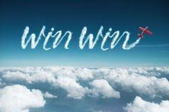 Κερδίστε κερδίζει το σύννεφο που γίνεται με το αεροπλάνο Στοκ φωτογραφία με δικαίωμα ελεύθερης χρήσης