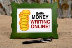 Κερδίστε τα χρήματα γράφοντας το σε απευθείας σύνδεση περιεχόμενο - blogging έννοια Στοκ Εικόνα