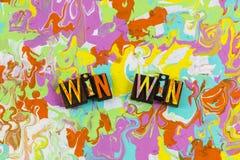 Κερδίστε τους κερδίζοντας ανθρώπους ομαδικής εργασίας ανταγωνισμού ελεύθερη απεικόνιση δικαιώματος