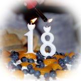 Κεριά ανάφλεξης φλογών στο κέικ Στοκ φωτογραφίες με δικαίωμα ελεύθερης χρήσης