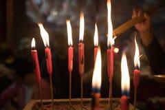 Κεριά αναμμένα στο ζαλίζοντας ναό της Mo ατόμων στο Χονγκ Κονγκ Στοκ Εικόνες
