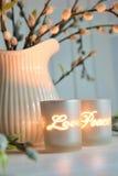 κεριά ατμόσφαιρας που δημιουργούν τη χαλάρωση votive στοκ φωτογραφία