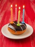 Κεριά γενεθλίων doughnut Στοκ φωτογραφία με δικαίωμα ελεύθερης χρήσης
