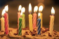 Κεριά γενεθλίων LIT στο κέικ σοκολάτας Στοκ φωτογραφία με δικαίωμα ελεύθερης χρήσης