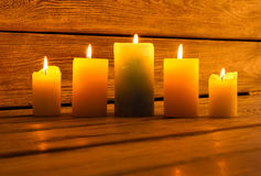 Κεριά για μια συμπαθητική διακόσμηση βραδιού Στοκ Φωτογραφίες