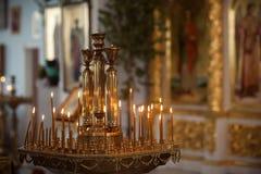 Κεριά εκκλησιών στο υπόβαθρο των εικονιδίων Στοκ εικόνα με δικαίωμα ελεύθερης χρήσης