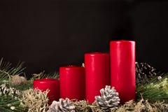 Κεριά εμφάνισης με το pinecone στοκ εικόνα