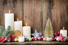 Κεριά εμφάνισης Χριστουγέννων με το εορταστικό ντεκόρ στοκ φωτογραφία με δικαίωμα ελεύθερης χρήσης