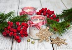 Κεριά διακοσμήσεων Χριστουγέννων στα βάζα γυαλιού με το έλατο Στοκ φωτογραφίες με δικαίωμα ελεύθερης χρήσης
