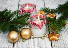 Κεριά διακοσμήσεων Χριστουγέννων στα βάζα γυαλιού με το έλατο Στοκ Εικόνες