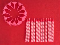 Κεριά κέικ γενεθλίων, αφώτιστος στο κόκκινο serviette backgro πετσετών aka Στοκ Φωτογραφίες
