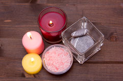 Κεριά και άλατα λουτρών στο ξύλο άνωθεν Στοκ εικόνες με δικαίωμα ελεύθερης χρήσης