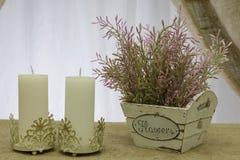 Κεριά και ένα κιβώτιο των τεχνητών λουλουδιών Στοκ φωτογραφία με δικαίωμα ελεύθερης χρήσης