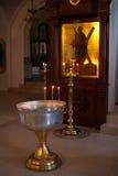 Κεριά και εικονίδιο στη ρωσική εκκλησία Στοκ Εικόνες