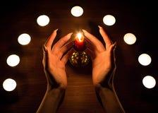 Κεριά και θηλυκά χέρια με τα αιχμηρά καρφιά Divination και witchcraft, συγκρατημένα στοκ φωτογραφίες με δικαίωμα ελεύθερης χρήσης