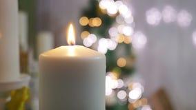 Κεριά και διακοσμήσεις Χριστουγέννων πέρα από το σκοτεινό υπόβαθρο με τα φω'τα Στοκ Φωτογραφία