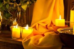 Κεριά και κίτρινη διακόσμηση υφάσματος στοκ εικόνα