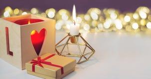 Κεριά και κιβώτιο δώρων με το κόκκινο τόξο Στοκ Εικόνες