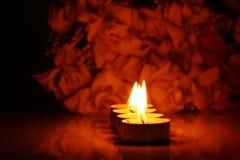 Κεριά και λουλούδια Στοκ φωτογραφία με δικαίωμα ελεύθερης χρήσης
