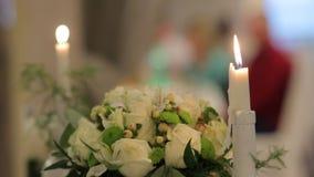 Κεριά και μια γαμήλια ανθοδέσμη απόθεμα βίντεο